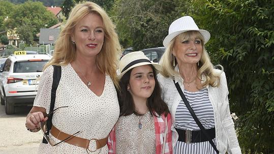 Lucie Benešová s dcerou a maminkou