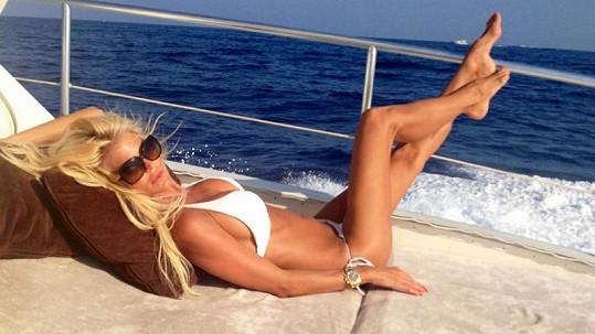 Victoria Silvstedt se opaluje na jachtě.
