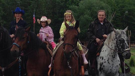 Karel Gott relaxoval s rodinkou na koních.