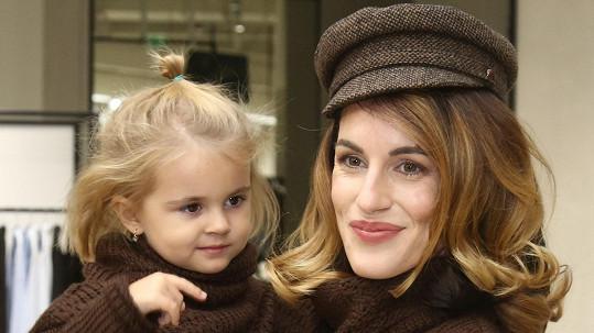 Lucie se svou krásnou holčičkou.