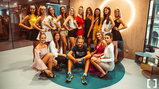 Jan Mühlfeit obklopen kráskami z Miss Czech Republic