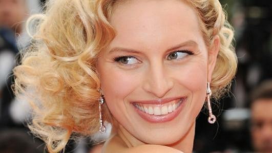 Karolína se pyšní krásným úsměvem od ucha k uchu a krásnými bílými zuby.