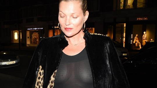 Kate Moss takhle detailně prosvítily blesky fotoaparátů...