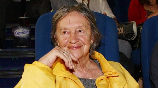 Nina Divíšková také díky žluté bundě zářila.