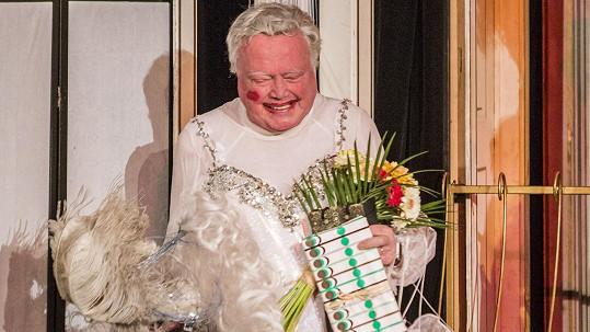 Petr Oliva v divadelní hře Klec bláznů. Na konci mu kolegové popřáli k narozeninám.