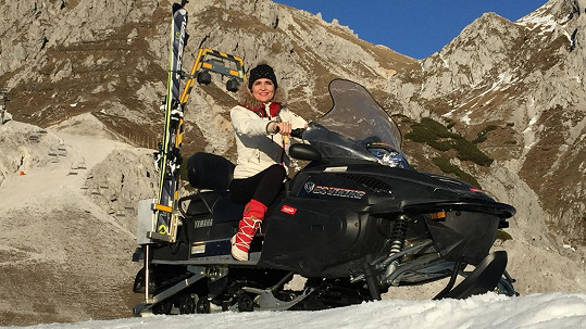 Mahulena Bočanová na policejním sněžném skútru