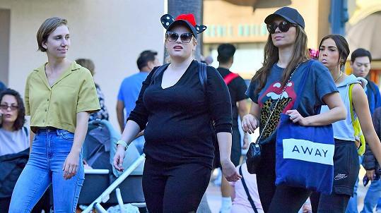 Rebel Wilson vyrazila s přáteli do Disneylandu.