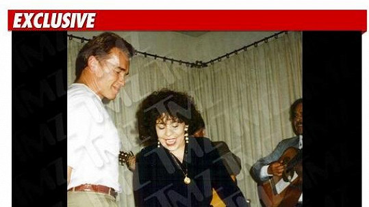 Arnold Schwarzenegger trsá se svou služebnou Patty na večírku v roce 1994.