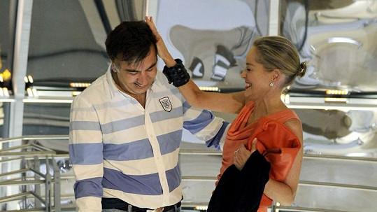 Sharon Stone a Michail Saakašvili se vzájemně dotýkají.