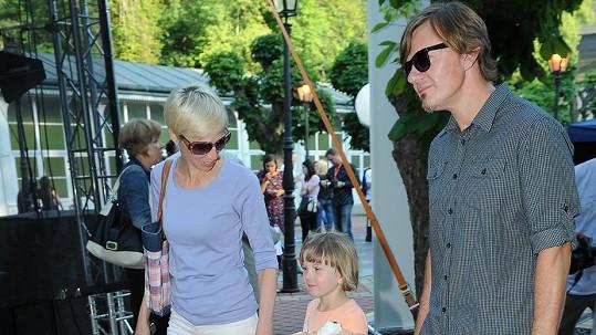 Michal Hrůza s manželkou Lindou a dcerou Mariánkou. Před třemi měsíci se mu narodila druhá dcera.