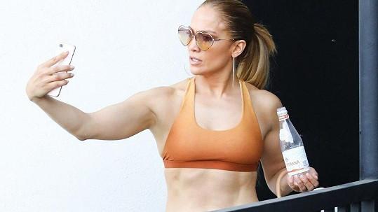 Jennifer na sobě tvrdě maká.