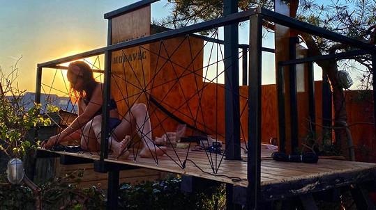 Sandra Nováková s partnerem postavili synovi dům na stromě.