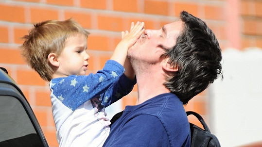 Christian Bale si užívá roli tatínka.