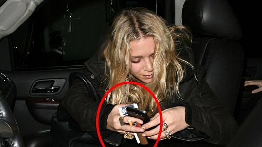 Opilá Ashley nepustila z ruky cigarety.