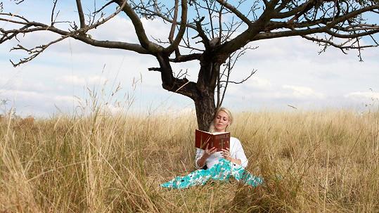 Markéta Martiníková čte na fotce v kalendáři Bibli