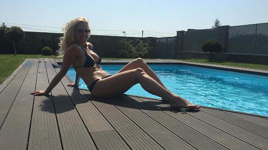 Eva vystavila své tělo o víkendu u bazénu...