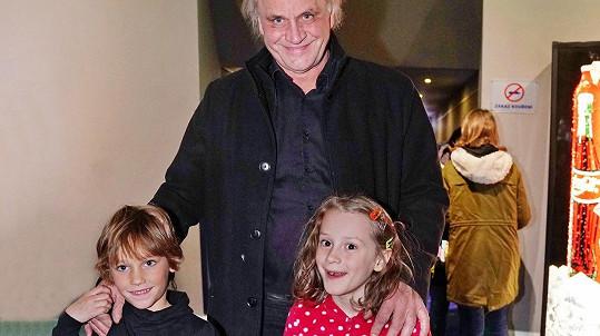 Michael Kocáb vyrazil se synem Davidem a vnučkou Miou do kina.