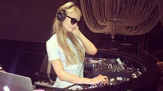 Paris Hilton hraje po klubech převážně v létě a koncem roku.