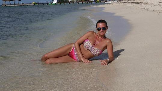 Pár slunečných dní se Jana na pláži Paradise Beach snažila využít...