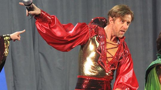 Jiří Langmajer je v zářivém kostýmu k sežrání.