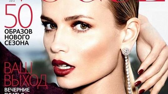 Předloktí modelky na titulní straně magazínu chybí.
