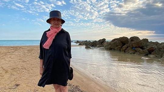 Herečka relaxuje u moře.