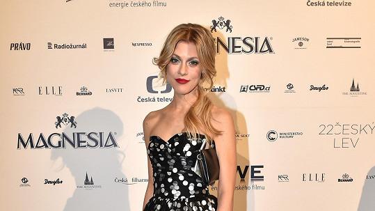 Model začínající zpěvačky Katky Klausové jsme už viděli na jiné ženě.