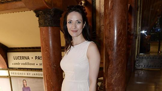Tereza Kostková vypadá jako éterická bytost.