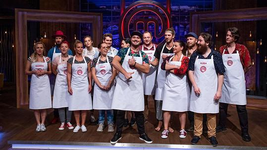 Šestnáct amatérských kuchařů, kteří se utkají o titul MasterChefa.