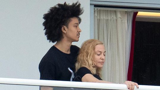 Madonna se tulila ke svému tanečníkovi.