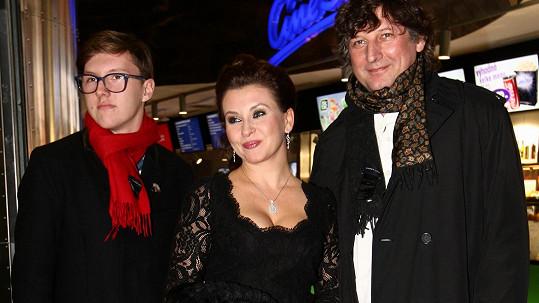 Dana Morávková zářila na premiéře. Na snímku se synem a manželem