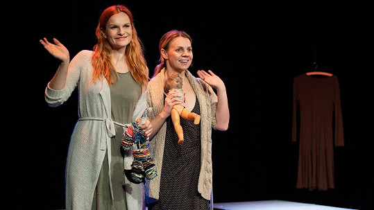 Iva Pazderková a Martina Randová (vpravo) zkoušejí hru Třetí prst na levé ruce.