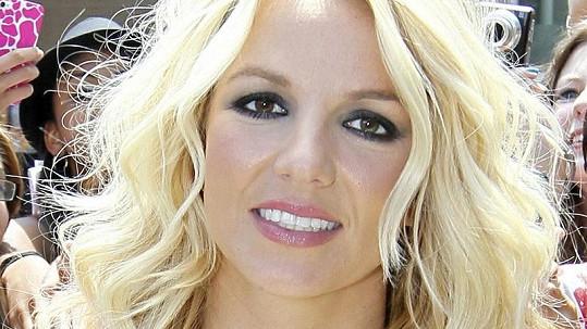 Britney Spears si oblíbila polohovací zubařské křeslo.