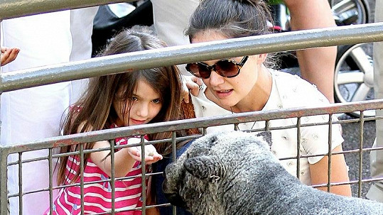 Katie dohlížela, aby malé Suri zvířata při krmení neublížila.