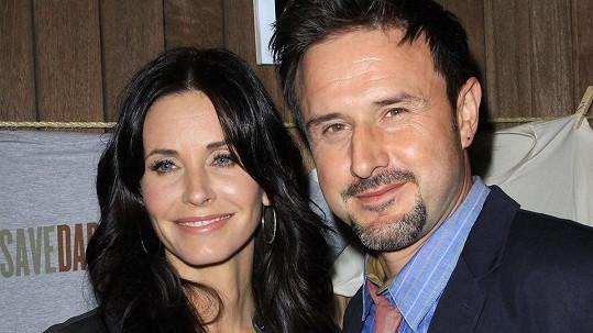 Courteney Cox a David Arquette už jsou rozvedeni.