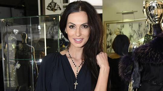 Eliška Bučková si k modelingu a zpívání přibrala další práci.