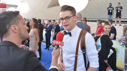 Mikolas během novinářského dne na Eurovizi