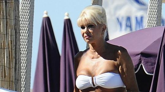 Čerstvě trojnásobná babička Ivana Trump na pláži v bikinách.