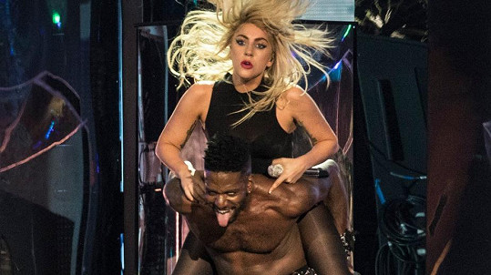Lady Gaga si osedlala tanečníka.