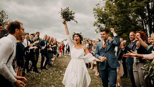 Monika Leová si svatbu užila i přes nepřízeň počasí.