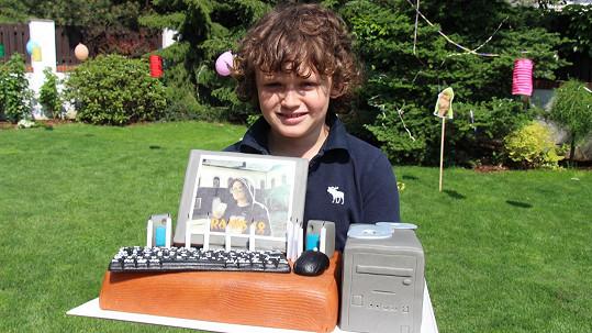 Přeje si velký počítač, zatím ho dostal alespoň v podobě dortu.