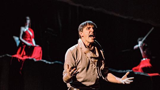 Karel Heřmánek ml. točí seriál, film a ve svém divadle nastudoval novou hru (na snímku).