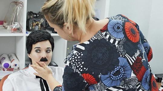 Berenika Kohoutová se proměnila v Charlieho Chaplina