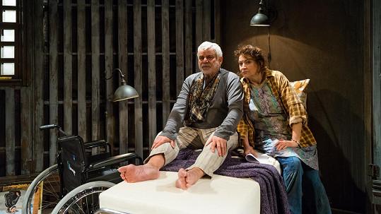 Zlata Adamovská a Petr Štěpánek jako Annie Wilkesová a Paul Sheldon ve hře Misery