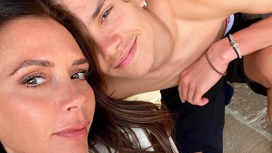Sedmnáctiletý Romeo Beckham s matkou Victorií