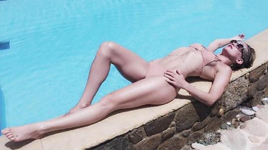 Kate Hudson pózuje jako profesionální modelka.