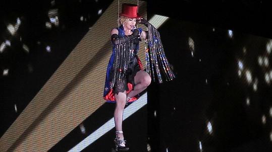 Madonna měla ze vzduchu dobrý výhled na prořídlý stadion.