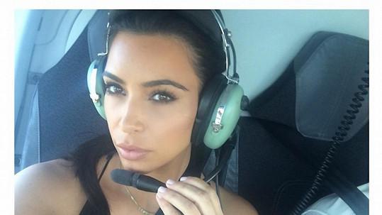 Kim Kardashian zbožňuje pózování pro svůj mobil...