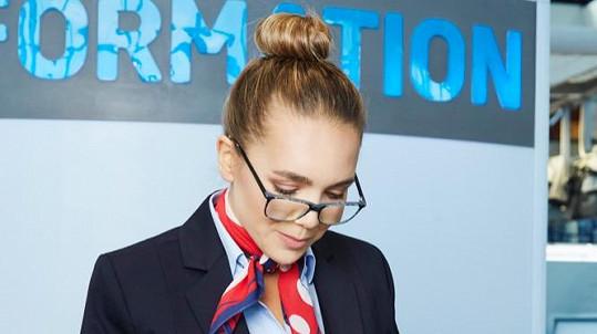 Lucie Vondráčková je v drdůlku, s brýlemi a v uniformě k nepoznání.