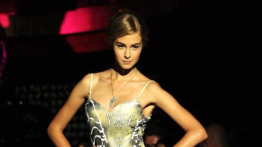Kromě spodního prádla a luxusních šperků předváděla Simona také plavky.